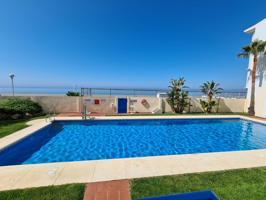 Fantástico apartamento de 2 dormitorios y 1 baño (105m²), con salón - comedor y cocina - comedor independiente, terraza acristalada, primera línea con acceso directo a la playa, gran piscina comunitaria, aparcamiento privado. photo 0