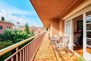 La inmobilaria 101 pisos presenta esta propiedad en exclusiva, Atico con gran terraza en la mejor zona de sant cugat, con dos plazas y trastero zona eixample. photo 0