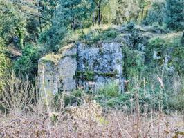 A tan sólo 15 minutos de Girona, y a 3.5km de la población de Canet d´Adri, en un bello pasisaje, rodeado de campos de cultivos y bosques, se encuentra este antiguo molino de harina.  La propiedad consta de 6,15 hectareas, y la edificación tiene 130m2 repartidos en planta baja y primera planta.  Actualmente está en marcha el proyecto de rehabilitación de esta espectacular edificación previsto recuperar la estructura inicial, formada por la planta baja, con el espacio para moler, lo que era el almacén y la entrada de carruajes.  La primera planta, que aparte de ser la zona destinada a vivienda conserva un peculiar horno de leña photo 0