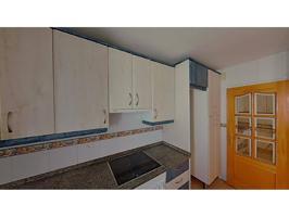 EZAN pone a la venta Cómodo Piso en Badajoz, perfecto para familias.   El inmueble consta de 77 m² construidos distribuidos en 4 habitaciones, salón-comedor, cocina además de 1 aseo.   Localizado en el corazón de Badajoz, en sus alrededores encontramos la photo 0