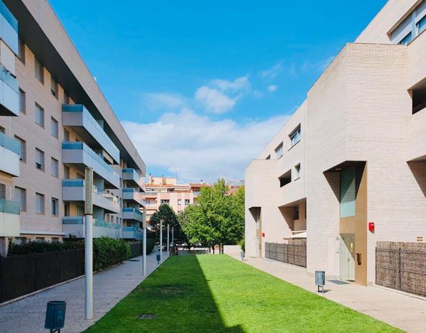 Pis de 150m2 construits, més àmplia terrassa de 45m2; 4 habitacions dobles, dos banys, cuina independent de 15m2, sala d'estar de 30m2 i sala polivalent de 25m2. Recentment reformat. photo 0