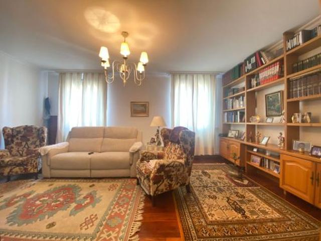 Amplia vivienda en el centro a dos pasos de la Concha. La vivienda cuenta con 115 m2 útiles distribuidos con un hall amplio desde el que se accede al resto de las estancias de la casa.  photo 0